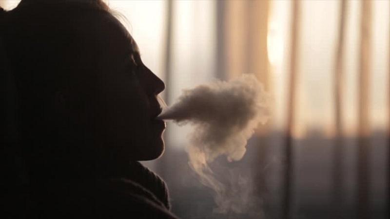 https: img.okezone.com content 2019 02 28 481 2024060 rokok-kretek-dan-filter-mana-yang-lebih-berbahaya-YdBIRJdz5l.jpg