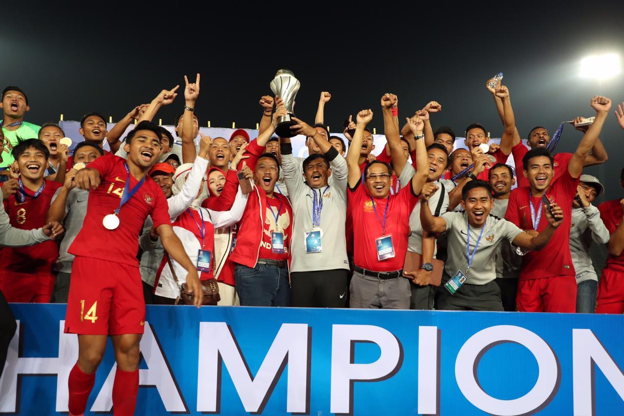 https: img.okezone.com content 2019 02 28 51 2023778 juara-piala-aff-u-22-2019-timnas-indonesia-diganjar-bonus-rp-2-1-milyar-JtB1fFa7HZ.jpg
