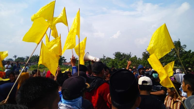 https: img.okezone.com content 2019 03 01 338 2024458 kibarkan-bendera-kuning-warga-blokade-jalan-perimeter-utara-bandara-soetta-Pn7g6gYLix.jpg