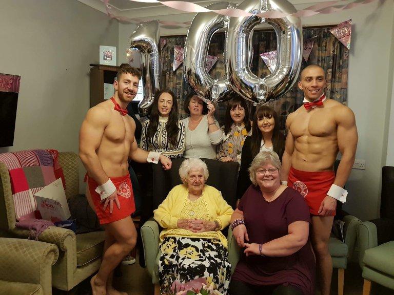 https: img.okezone.com content 2019 03 02 18 2025028 nenek-di-inggris-minta-rayakan-ultahnya-yang-ke-100-bersama-pria-kekar-telanjang-f5VkCYXhfJ.jpg