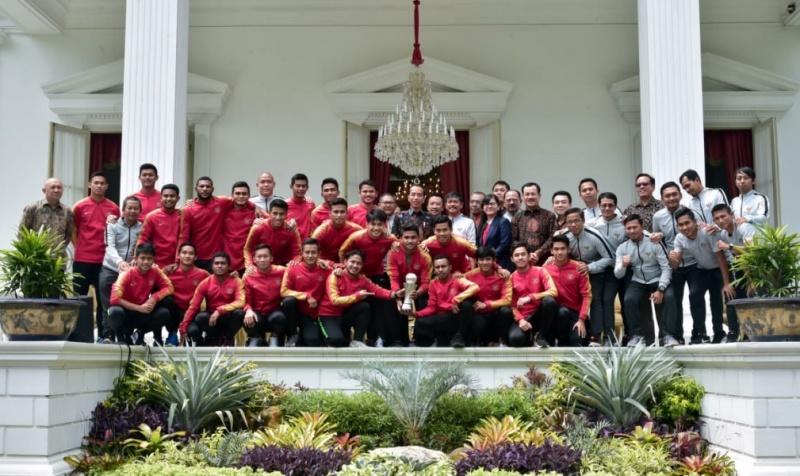 https: img.okezone.com content 2019 03 03 51 2025234 bangganya-bagas-bawa-timnas-indonesia-u-22-juara-hingga-bertemu-presiden-jokowi-27FyXlHf48.jpg