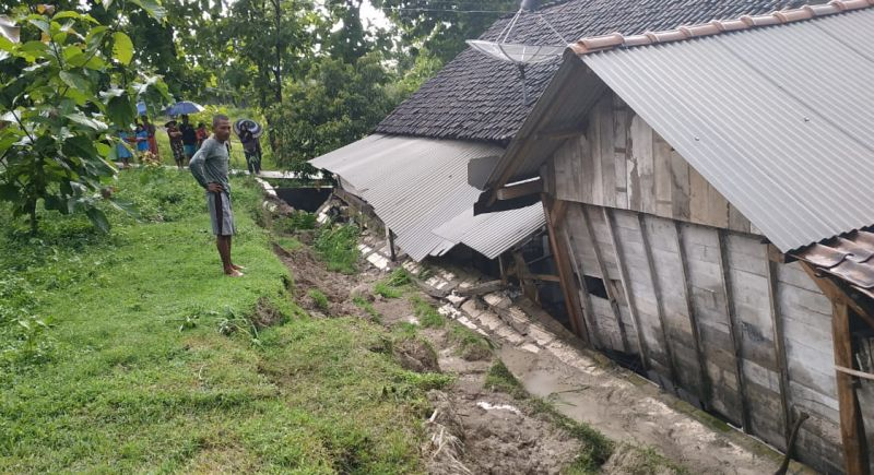 https: img.okezone.com content 2019 03 03 519 2025325 3-desa-di-bojonegoro-disapu-banjir-bandang-dan-tanah-longsor-HZPpasoctR.jpg