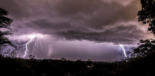 https: img.okezone.com content 2019 03 04 512 2025418 hujan-angin-disertai-petir-berpotensi-melanda-jawa-tengah-pada-hari-ini-PnnGZNWb4x.jpg
