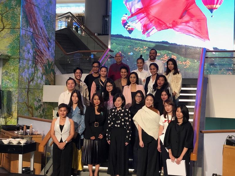 https: img.okezone.com content 2019 03 06 194 2026780 ultah-ke-29-plaza-indonesia-gelar-fashion-show-the-future-is-female-D78pKbe3gy.jpeg