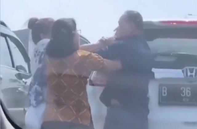 https: img.okezone.com content 2019 03 06 338 2026405 viral-2-emak-emak-pukuli-seorang-bapak-di-tengah-jalan-tol-setelah-mobilnya-senggolan-sPm5W6voRl.jpg