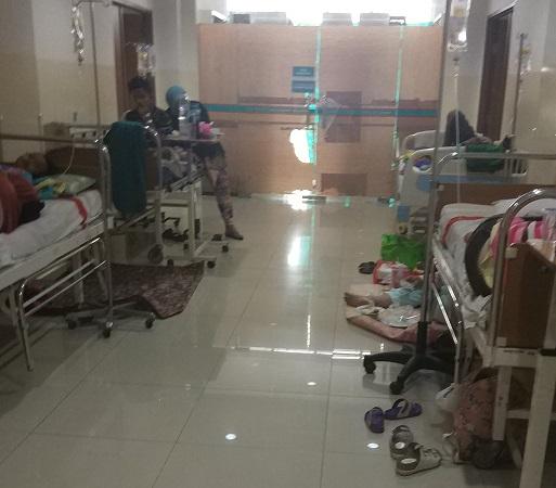 https: img.okezone.com content 2019 03 06 338 2026708 kamar-penuh-pasien-anak-anak-penderita-dbd-dirawat-di-selasar-rsu-tangsel-ZmMvZi1lH0.jpg
