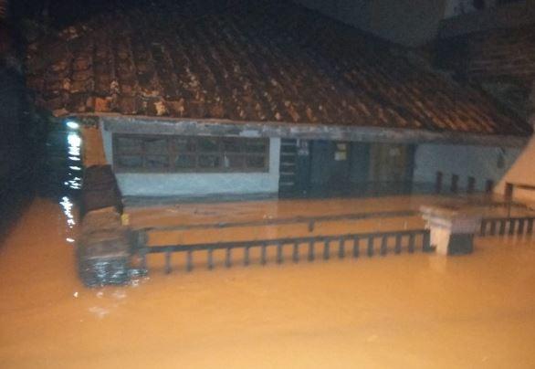 https: img.okezone.com content 2019 03 06 525 2026837 8-kecamatan-di-kabupaten-bandung-dikepung-banjir-6-361-rumah-warga-terendam-71mlOCVdWV.JPG