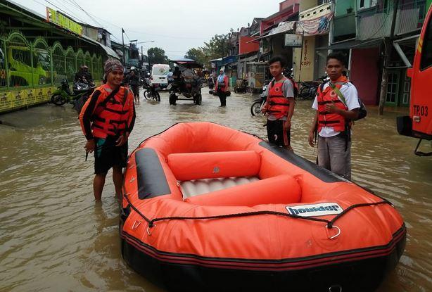 https: img.okezone.com content 2019 03 07 525 2027168 bnpb-22-105-kk-terdampak-banjir-luapan-sungai-citarum-VRSKAGszap.JPG