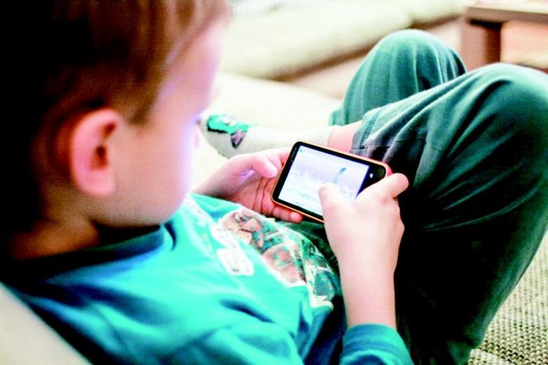 https: img.okezone.com content 2019 03 09 481 2027775 selain-mata-minus-ini-bahaya-jika-anak-kecanduan-main-gadget-Gv9SGK9BRt.jpg