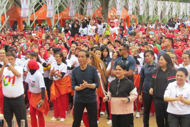 https: img.okezone.com content 2019 03 09 605 2027742 jokowi-dan-iriana-senam-bareng-srikandi-di-jakabaring-palembang-jpwVUERtJr.jpg