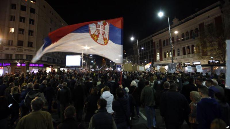 https: img.okezone.com content 2019 03 10 18 2028076 ribuan-orang-turun-ke-jalan-kepung-tv-pemerintah-serbia-yr7quvFbRA.jpg