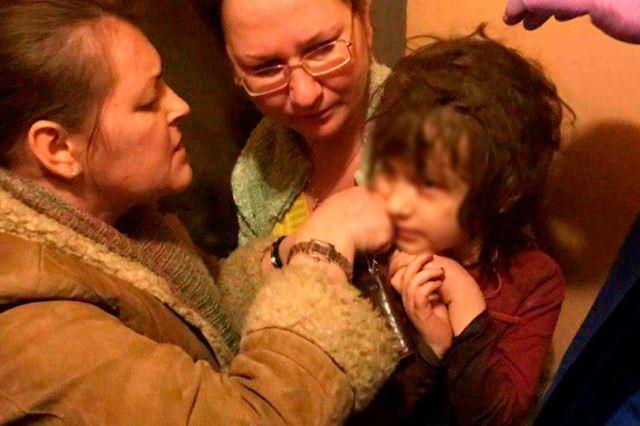 https: img.okezone.com content 2019 03 11 18 2028427 gadis-5-tahun-ditemukan-dalam-apartemen-penuh-sampah-dan-kecoak-nZGH4nc4yM.jpg