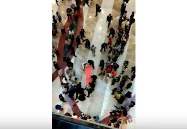 https: img.okezone.com content 2019 03 11 338 2028657 ini-identitas-pria-yang-terjun-dari-lantai-3-pondok-indah-mal-XNKAvkG7Vn.jpg