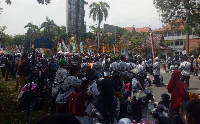 https: img.okezone.com content 2019 03 11 340 2028459 ribuan-guru-pekanbaru-demo-di-kantor-wali-kota-tuntut-tunjangan-xHXbLAInNX.jpg