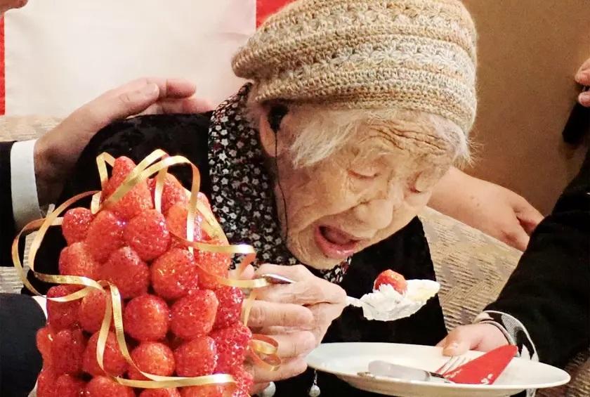 https: img.okezone.com content 2019 03 12 298 2028983 stroberi-dan-camilan-manis-rahasia-panjang-umur-wanita-tertua-di-dunia-ESYAIJAYKH.jpg