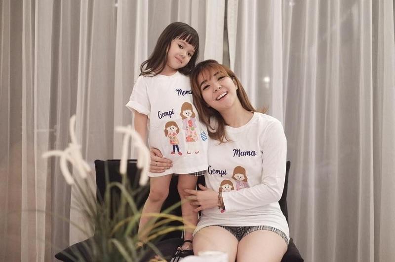 https: img.okezone.com content 2019 03 12 33 2028839 gisel-unggah-video-bareng-gempi-netizen-no-respect-2iCG3zZsHK.jpg