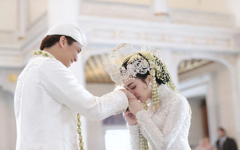 https: img.okezone.com content 2019 03 12 33 2029136 syahrini-akhirnya-rilis-video-pernikahannya-dengan-reino-barack-u6mEW7AJHG.jpg