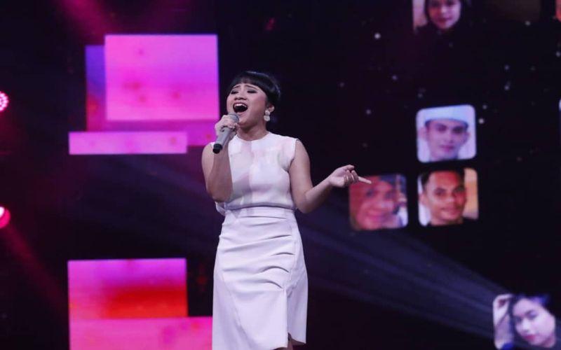 https: img.okezone.com content 2019 03 12 598 2028689 sang-ayah-hadir-di-panggung-rising-star-indonesia-ayu-gurnita-nangis-Z7UYOEwMrO.jpg