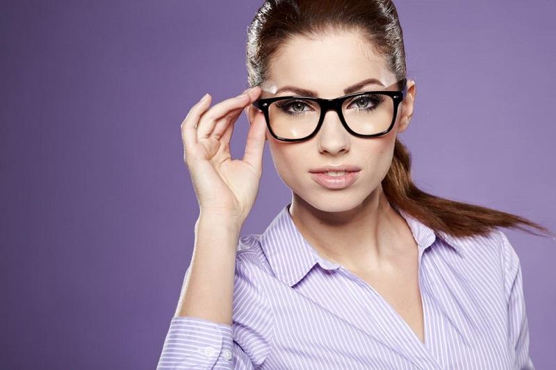 https: img.okezone.com content 2019 03 13 194 2029229 memilih-kacamata-dari-3-bentuk-wajah-jangan-sampai-kelihatan-norak-eV3mm3zRnK.jpg