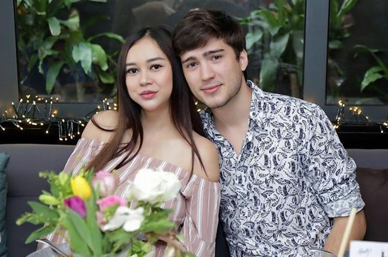 https: img.okezone.com content 2019 03 13 196 2029319 5-potret-kemesraan-aura-kasih-dengan-suami-bikin-keki-para-jomblo-nih-qbbKnqkhku.jpg
