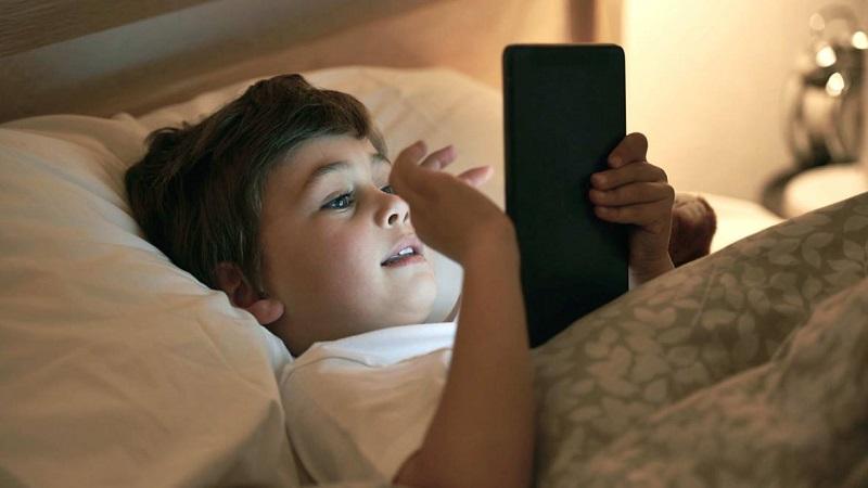 https: img.okezone.com content 2019 03 13 481 2029290 awas-ini-bahayanya-anak-main-gadget-sebelum-tidur-dHRXDq340e.jpg