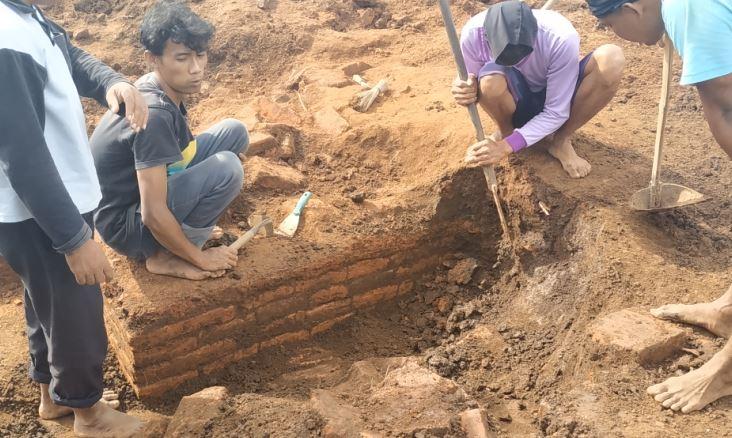 https: img.okezone.com content 2019 03 14 519 2030037 bangunan-diduga-situs-kuno-kembali-ditemukan-di-lokasi-proyek-tol-malang-pandaan-Xq5daMEiOl.JPG