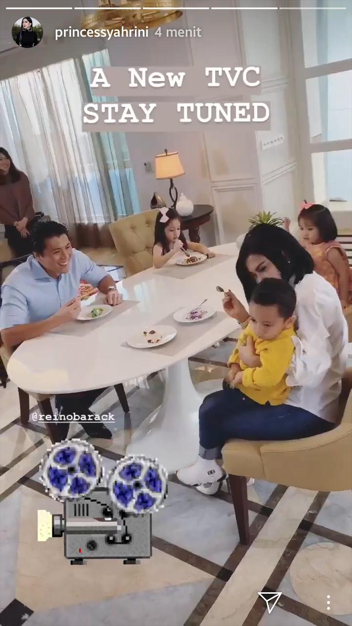 https: img.okezone.com content 2019 03 15 196 2030228 intip-keharmonisan-rumah-tangga-syahrini-reino-barack-sebagai-orangtua-3-anak-4gcNNtxQKe.jpg