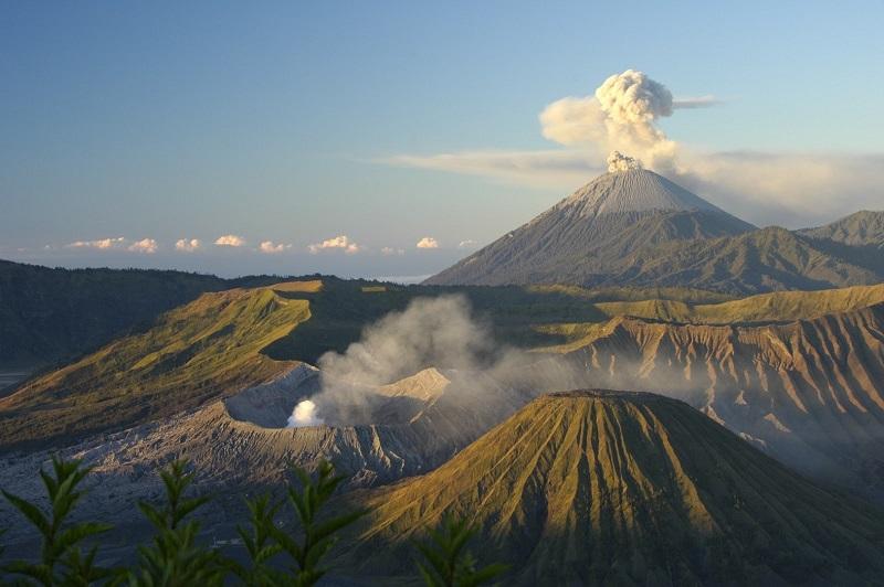 https: img.okezone.com content 2019 03 15 519 2030536 gunung-bromo-semburkan-asap-disertai-abu-vulkanis-setinggi-600-meter-0rZNMQiEuj.jpg