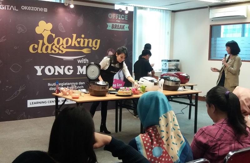 https: img.okezone.com content 2019 03 16 298 2030850 serunya-cooking-class-dengan-digital-rice-cooker-bersama-chef-axhiang-lee-HGHbcWtYV4.jpg