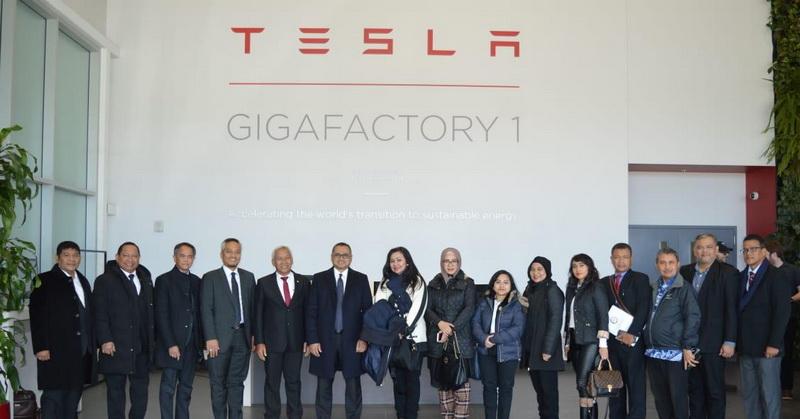 https: img.okezone.com content 2019 03 17 15 2031130 delegasi-indonesia-sambangi-pabrik-mobil-listrik-tesla-di-as-dOrBRyAPaa.jpg