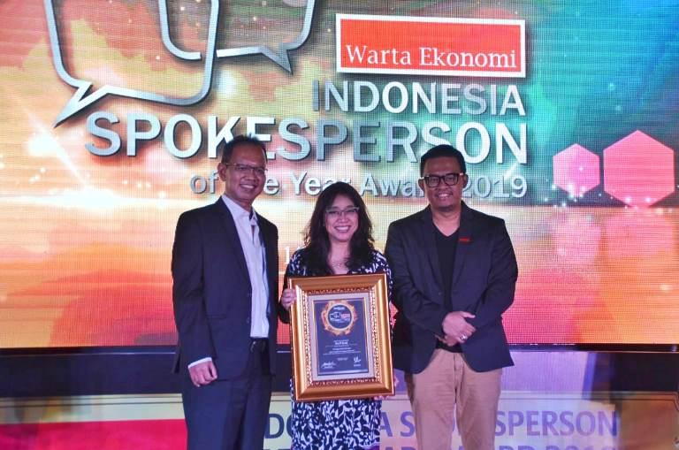 https: img.okezone.com content 2019 03 18 1 2031511 direktur-pemasaran-dan-pelayanan-angkasa-pura-i-raih-penghargaan-indonesia-spokesperson-of-the-year-award-2019-j54BW2atT4.jpeg