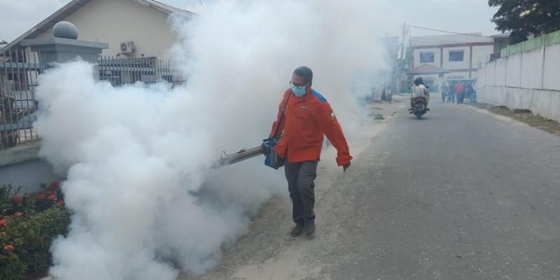https: img.okezone.com content 2019 03 18 340 2031457 cegah-dbd-rescue-perindo-fogging-permukiman-di-pekanbaru-yHfFkkEMvU.jpg