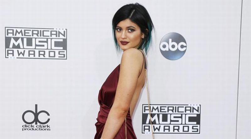 https: img.okezone.com content 2019 03 19 194 2032255 setelah-kim-kardashian-kini-kylie-jenner-jiplak-gaya-naomi-champbell-fmfft9XKy4.jpg