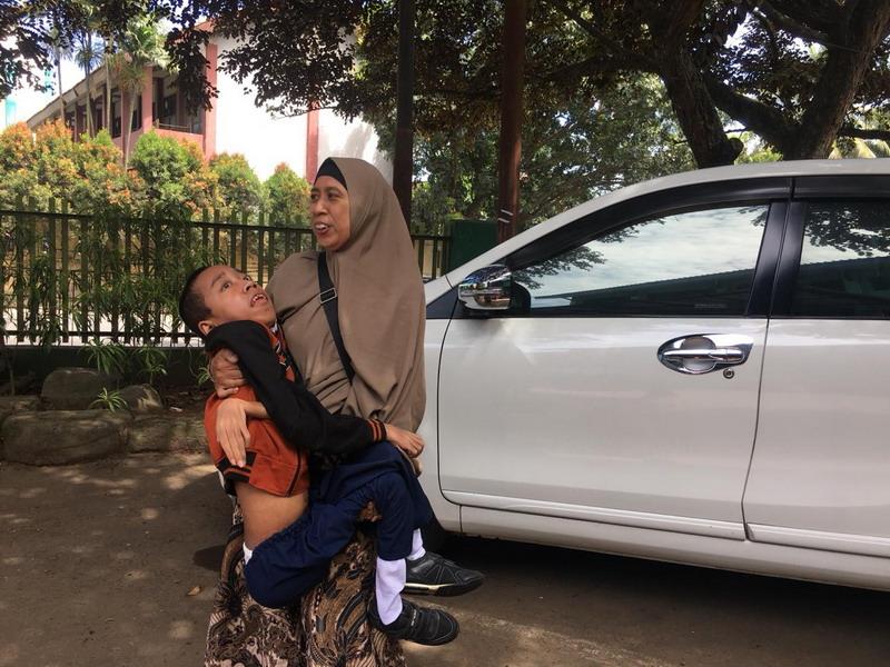 https: img.okezone.com content 2019 03 19 338 2032342 ibu-ini-rela-gendong-anaknya-yang-idap-distrofi-otot-ke-sekolah-pmpTScNLXc.jpg
