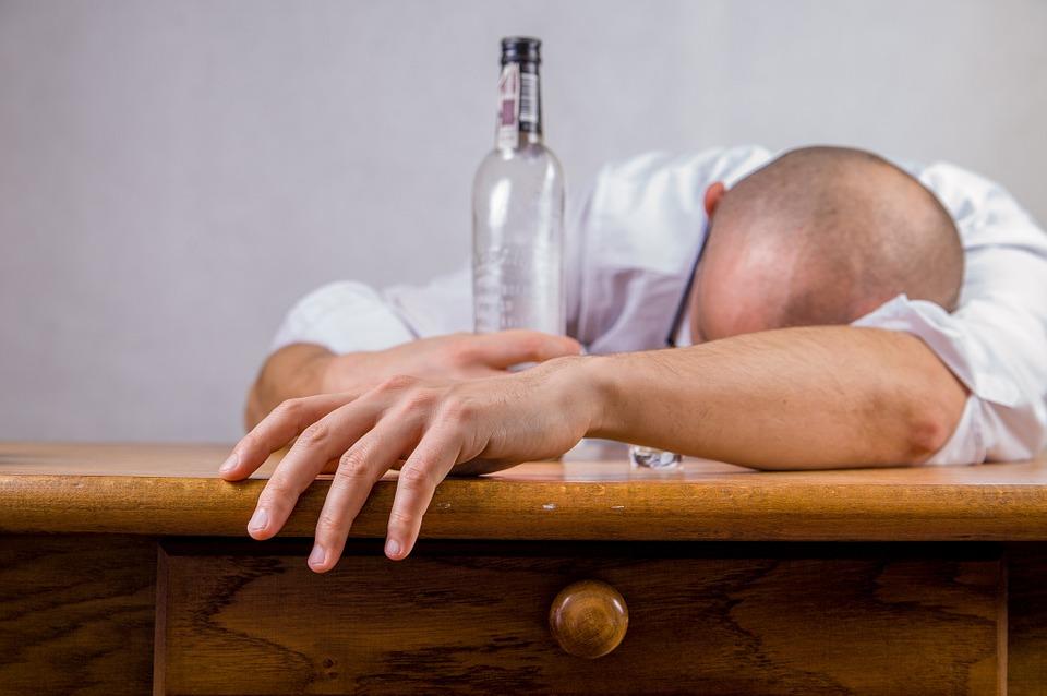 https: img.okezone.com content 2019 03 19 481 2031923 apa-yang-terjadi-pada-tubuh-saat-anda-mabuk-alkohol-IvJHZ8590D.jpg
