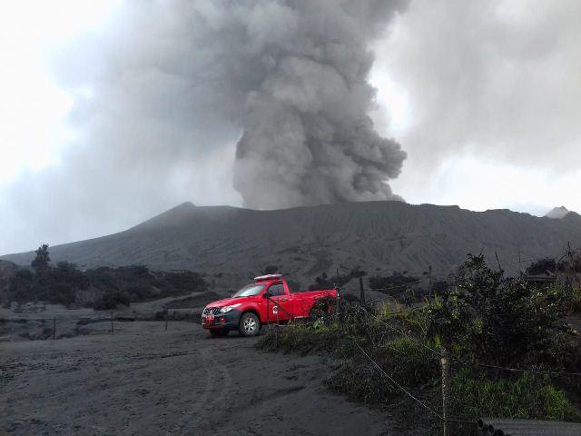 https: img.okezone.com content 2019 03 19 519 2032293 gunung-bromo-tetap-aman-dan-menawan-untuk-dikunjungi-meski-terus-erupsi-4xFhyjd1Cu.jpg