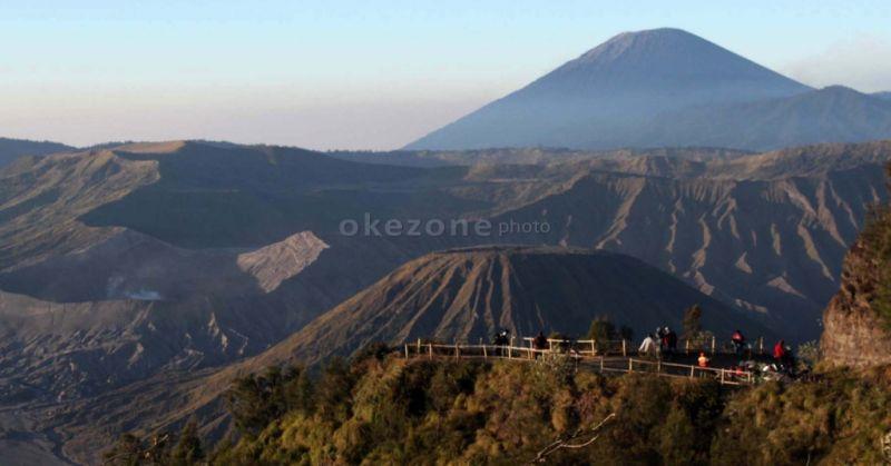 https: img.okezone.com content 2019 03 20 519 2032566 gunung-bromo-semburkan-asap-vulkanis-hingga-ketinggian-1-km-cLtBXLJVau.jpg