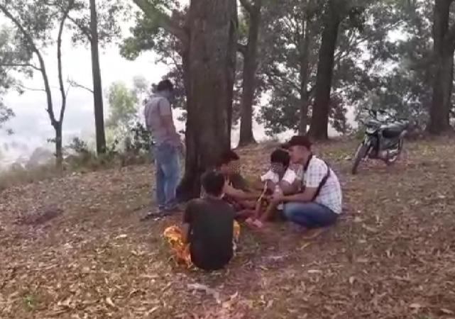 https: img.okezone.com content 2019 03 20 608 2032744 tiga-remaja-terciduk-asyik-menghisap-ganja-di-dekat-kuburan-JKeUCpyEa0.jpg
