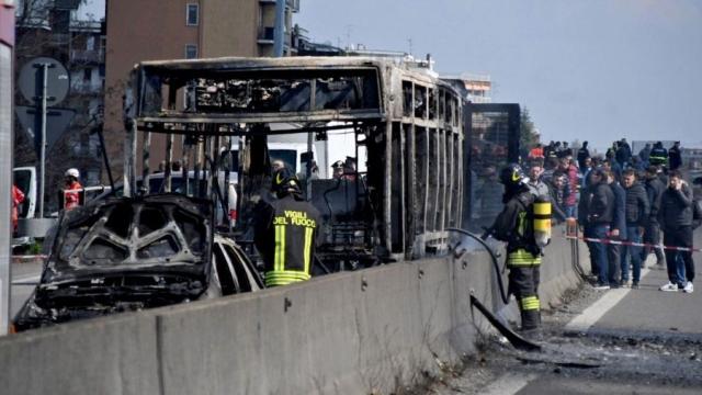 https: img.okezone.com content 2019 03 21 18 2033055 bus-penuh-siswa-dibakar-sopir-yang-marah-So7avRAXZr.jpg