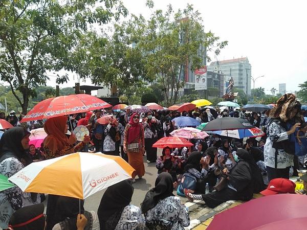 https: img.okezone.com content 2019 03 21 340 2033063 seribuan-guru-demo-bawa-keranda-di-depan-kantor-walkot-pekanbaru-Enlxi28RlK.jpg