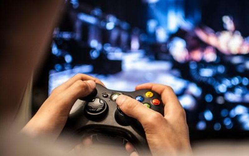 https: img.okezone.com content 2019 03 22 612 2033786 banyak-orang-kecanduan-main-video-game-ini-alasannya-bA0tlt3Uu9.jpg
