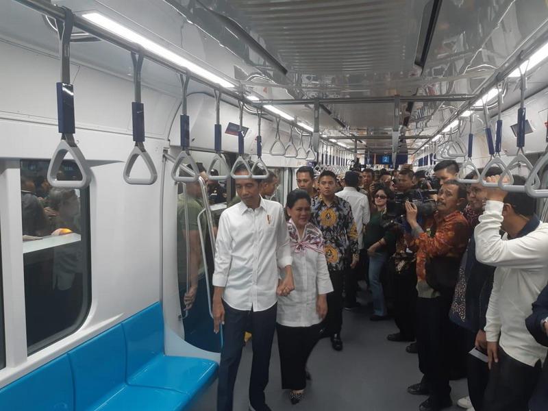 https: img.okezone.com content 2019 03 24 337 2034228 jokowi-10-tahun-mendatang-indonesia-akan-punya-mrt-lrt-sepanjang-231-km-Bp4HCOtYde.jpg