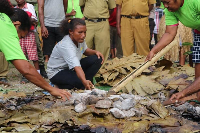 https: img.okezone.com content 2019 03 25 298 2034882 mengenal-tradisi-barapen-di-tanah-papua-memasak-untuk-kebersamaan-sz1rgeMgPv.jfif