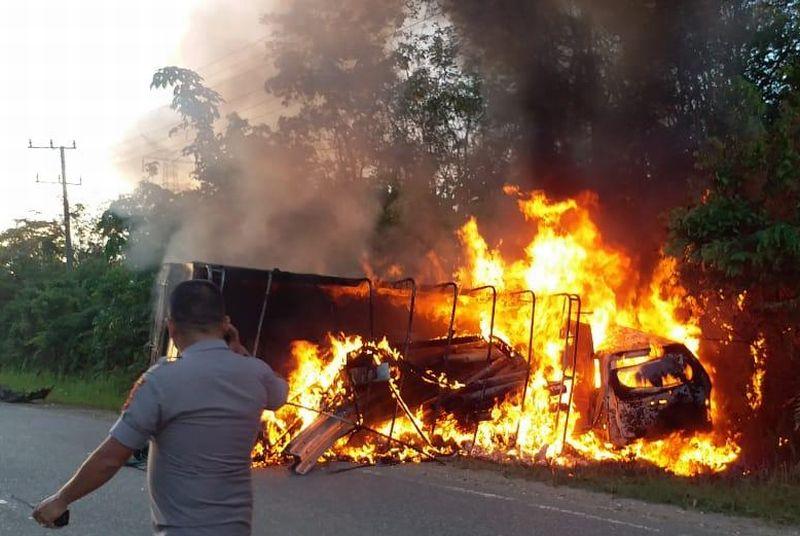https: img.okezone.com content 2019 03 25 340 2034897 tim-puslabfor-selidiki-penyebab-kebakaran-saat-kecelakaan-maut-di-merangin-qTMuU32OGE.jpg