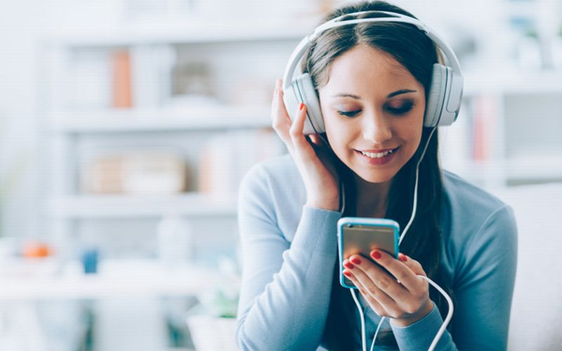 https: img.okezone.com content 2019 03 25 481 2034524 keraskan-volume-handphone-lebih-dari-60-persen-ini-bahayanya-GQiMuz2mcZ.jpg