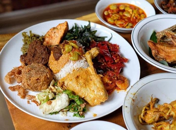 https: img.okezone.com content 2019 03 26 298 2035197 viral-restoran-padang-berkonsep-all-you-can-eat-netizen-pulang-pulang-kolesterol-bdPFgYFCt0.jpg