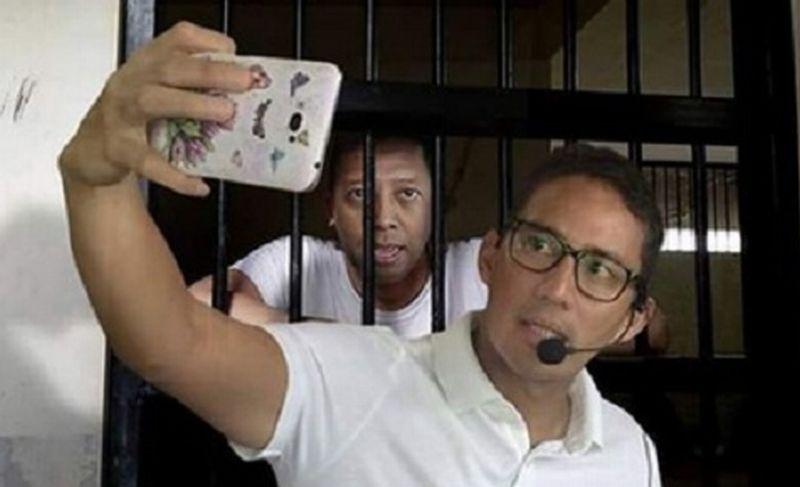 https: img.okezone.com content 2019 03 26 337 2035064 sandiaga-uno-berfoto-dengan-romi-di-penjara-bikin-heboh-ini-faktanya-bHgM73znG8.jpg