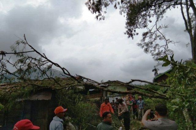 https: img.okezone.com content 2019 03 27 340 2035498 angin-kencang-dan-hujan-es-terjang-aceh-tengah-sejumlah-rumah-rusak-6WbdYKGGPc.jpg