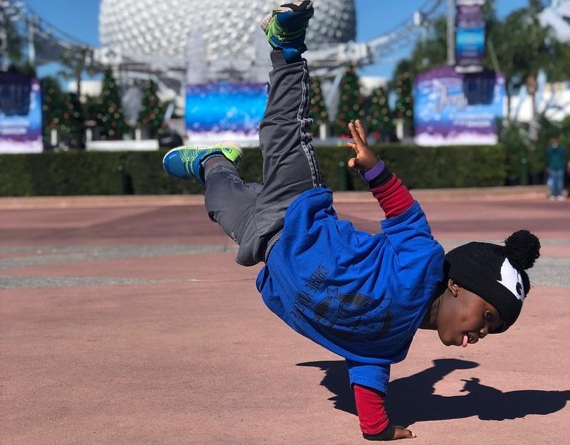 https: img.okezone.com content 2019 03 27 481 2035592 kisah-dj-loheit-pengidap-penyakit-langka-dwarfisme-yang-jago-breakdance-vg3roRyJKi.jpg