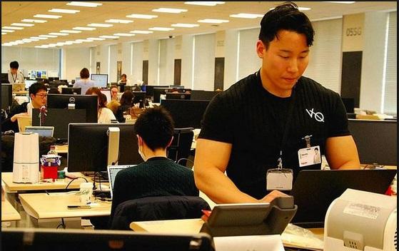 https: img.okezone.com content 2019 03 27 481 2035687 meja-kerja-berdiri-bakal-diperbanyak-di-perkantoran-jepang-apa-gunanya-K9GdMtM7eG.jpg